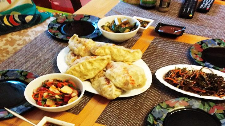 Стол с корейскими блюдами