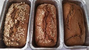 Буханки бездрожжевого ржаного хлеба из духовки.