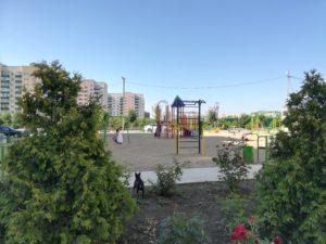 Детские площадки отсыпаны песочком, а их тут через каждый дом.