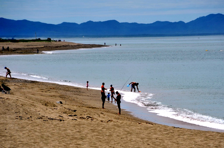 Берег Охотского моря в летний сезон.