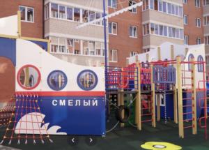 жк Дарград, детская площадка в виде корабля и пятиэтажные дома