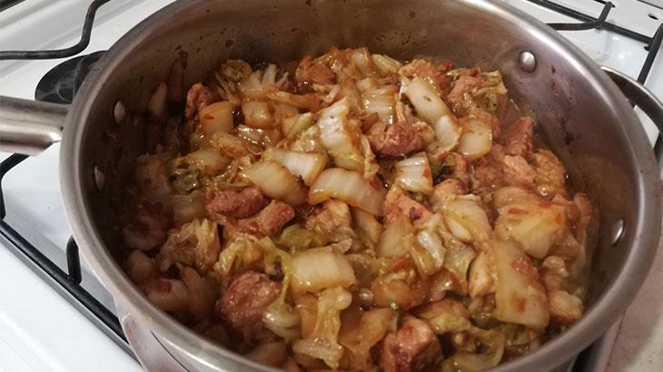 Готовое блюдо, жаренная кимчи со свининой