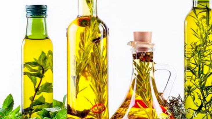 Зелень и травы можно добавить в масло для аромата.