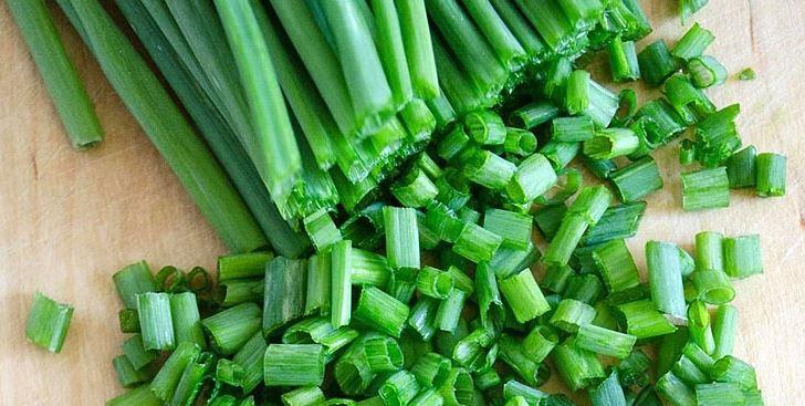 Режем зеленый лук.