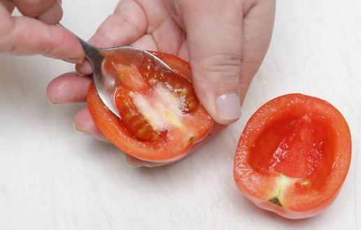 Удаляем мякоть из томата